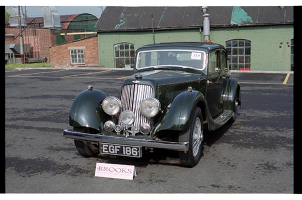 2 litres Saloon. Bien qu'élégante, la voiture est très lourde pour le moteur 2 litres.
