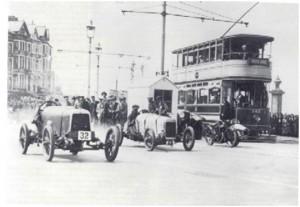 La voiture 32 est « Bunny » vue en 1924 lors d'une course à Blackpool conduite par Eddie Hall