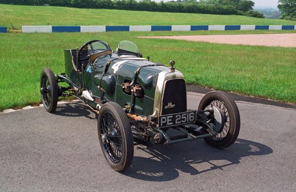La voiture ci-dessus est un l'un des deux exemplaires construits en 1922 pour le comte Zborowski destiné à participer au Tourist Trophy de l'Ile de Man. Bien que non prête pour cette épreuve, elle participa au Grand Prix de Strasbourg de la même année. C'est la plus ancienne Aston Martin de compétition encore en circulation et comme on peut le voir sur la photo de droite, elle court toujours. Elle est plus connue sous le nom de « Green Pea », le petit pois.