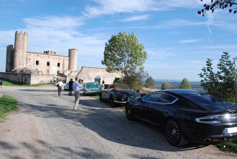 les voitures devant le château d' Essalois