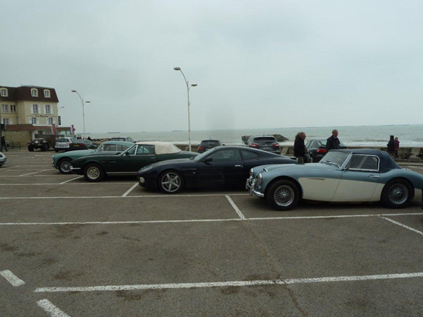 Quelques Aston et la Healey de Dominique à Arromanche